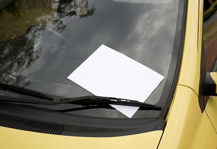 車のフロントガラスに書類